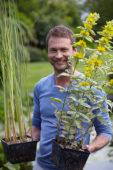 Man met waterplanten