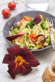 Pasta gerecht met daglelie bloemen