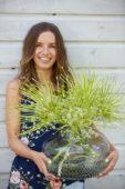 Jongedame met Allium schubertii