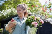 Vrouw met hortensia en kip