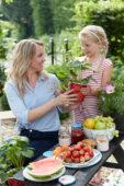 Moeder en dochter met aardbeien