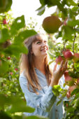 Jongedame plukt appels