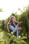 Jongedame in appelboomgaard
