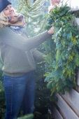 Een kerstkrans ophangen