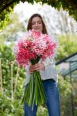 Jongedame met Nerine bloemen