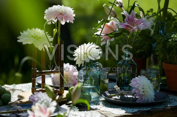 Tafel met zomerbloemen