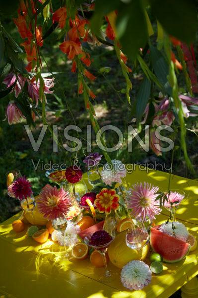 Tafel met dahlia's