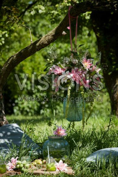 Hangende vaas met lelies