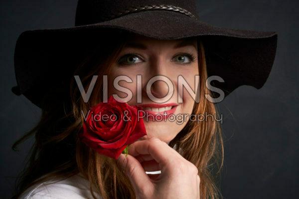 Dame met rode roos