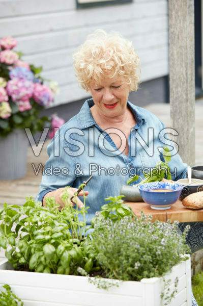 Dame knipt kruiden