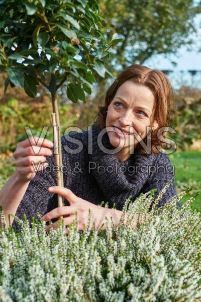 Dame aan het tuinieren