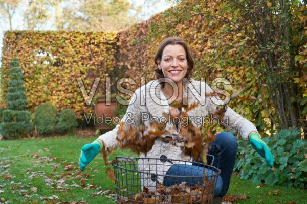Herfstbladeren verzamelen