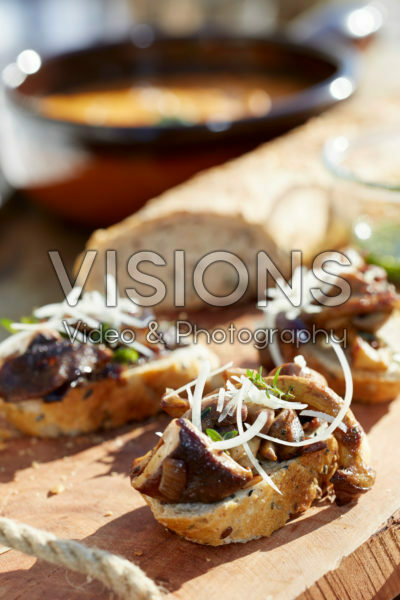 Bread with sauteed mushrooms