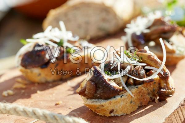 Bread with sauteed mushrooms