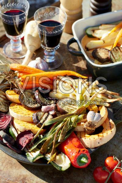Gegrilde groenten op buitentafel